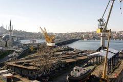 伊斯坦布尔,土耳其造船厂、桥梁和地平线的全景视图  免版税图库摄影
