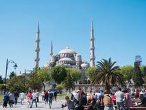 伊斯坦布尔,土耳其, 10可以2015年,蓝色清真寺、与游人人群的Sultanahmet Camii和正方形  免版税库存图片
