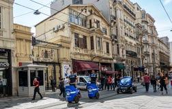 伊斯坦布尔,土耳其,2018年9月:与两Segways和一辆电车的土耳其警察分谴舰队巡逻在一个步行区域 免版税库存图片