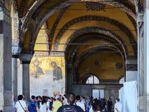 伊斯坦布尔,土耳其,2018年9月19日 参观圣索非亚大教堂的内部和马赛克一个小组游人在伊斯坦布尔 库存照片