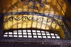 伊斯坦布尔,土耳其,2018年9月19日 阳光通过圣索非亚大教堂窗户栏  古老拜占庭式的马赛克的片段 免版税库存图片