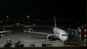 伊斯坦布尔,土耳其,22-05-2019:地勤人员准备飞机对飞行,时间间隔 股票录像