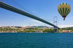 伊斯坦布尔,土耳其, Bosphorus桥梁 气球飞行热photgrphed显示VA的bealton马戏 图库摄影