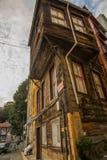 伊斯坦布尔,土耳其:老木房子 从Balat区的街道视图 免版税库存照片