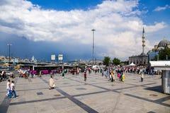 伊斯坦布尔,土耳其 同一个名字和Yeni Cami清真寺的区域 免版税库存图片