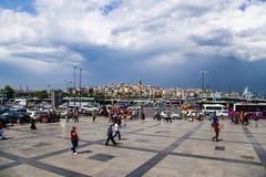 伊斯坦布尔,土耳其 在风暴前的方形的Yeni Cami 免版税库存照片