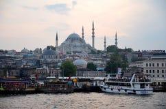 伊斯坦布尔,土耳其- 2018年5月10日:从加拉塔桥梁的Suleymaniye清真寺 免版税图库摄影