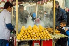 伊斯坦布尔,土耳其- 2018年1月06日:在伊斯坦布尔供以人员销售煮沸的和烤玉米,土耳其旅游Eminonu区  免版税库存照片