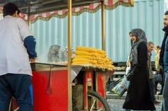 伊斯坦布尔,土耳其- 2018年1月06日:在伊斯坦布尔供以人员销售煮沸的和烤玉米,土耳其旅游Eminonu区  库存照片