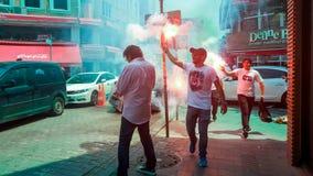 伊斯坦布尔,土耳其- 2017年6月03日:贝希克塔什(BJK)扇动庆祝在伊斯坦布尔街道的冠军 库存图片