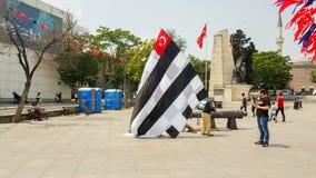 伊斯坦布尔,土耳其- 2017年6月03日:贝希克塔什(BJK)扇动庆祝在伊斯坦布尔街道的冠军 免版税库存图片