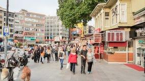 伊斯坦布尔,土耳其- 2017年6月02日:走在的人人群  库存照片
