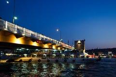 伊斯坦布尔,土耳其- 2018年8月21日:轮渡在加拉塔桥梁下 库存图片