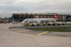 伊斯坦布尔,土耳其- 2015年1月02日:飞机在机场 免版税库存照片