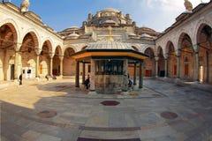 伊斯坦布尔,土耳其- 2012年3月26日:Bayazid清真寺的内在庭院 库存图片