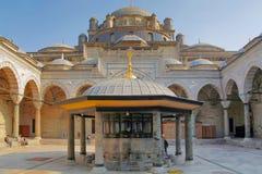 伊斯坦布尔,土耳其- 2012年3月26日:Bayazid清真寺的内在庭院 库存照片