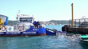 伊斯坦布尔,土耳其- 2016年5月30日-收集在博斯普鲁斯海峡外形的垃圾小船 股票录像