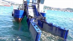 伊斯坦布尔,土耳其- 2016年5月30日-收集在博斯普鲁斯海峡的垃圾小船朝向往照相机 股票视频