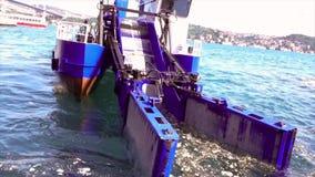 伊斯坦布尔,土耳其/2016年5月30日-收集在Bosphorus标题的垃圾小船往照相机 股票录像