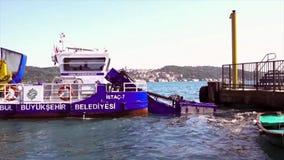 伊斯坦布尔,土耳其/2016年5月30日-收集在Bosphorus海峡的垃圾小船 影视素材
