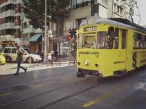 伊斯坦布尔,土耳其- 2018年9月21日-:葡萄酒黄色电车和步行者在茂田街道上在卡德柯伊区 免版税库存图片
