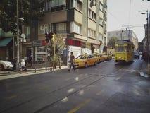 伊斯坦布尔,土耳其- 2018年9月21日-:葡萄酒黄色电车和步行者在茂田街道上在卡德柯伊区 免版税库存照片
