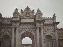 伊斯坦布尔,土耳其- 2018年9月25日 Dolmabahche宫殿复合体的主闸的片段 库存图片