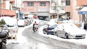 伊斯坦布尔,土耳其- 2015年2月:滑行车传讯者骑马,多雪的街道 影视素材