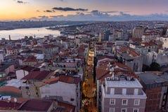 伊斯坦布尔,土耳其 12 11月2018 博斯普鲁斯海峡在日落以后的河和加拉塔塔区 免版税库存图片