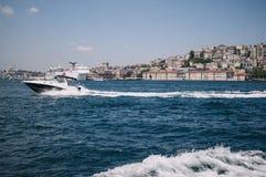 伊斯坦布尔,土耳其- 7月 城市和一条浮动小船的看法在大海从Bosphorus 免版税库存图片