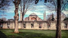 伊斯坦布尔,土耳其- 2013年3月4日, :圣索非亚大教堂看法从蓝色清真寺的从事园艺,伊斯坦布尔联合国科教文组织世界的历史的中心她 库存照片