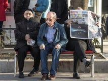 伊斯坦布尔,土耳其- 2015年12月28日:三个老土耳其人坐长凳在Kadikoy区附近,在cit的亚洲边 免版税库存图片