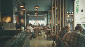 伊斯坦布尔,土耳其- 2017年6月02日:人们在星巴克咖啡店在伊斯坦布尔 免版税库存图片