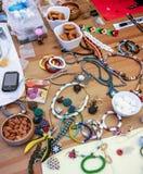 伊斯坦布尔,土耳其- 2016年5月16日:创造首饰的过程用导线、小珠和水晶 在桌上的工具 免版税库存图片