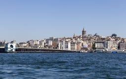 伊斯坦布尔,土耳其- 2015年5月11日:加拉塔桥梁和加拉塔塔的看法照片  库存图片