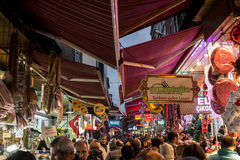 伊斯坦布尔,土耳其- 2015年12月29日:在埃及义卖市场,亦称Sp附近在高峰时间,沉重拥挤的, Hasircilar街的图片 图库摄影