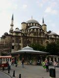 伊斯坦布尔,土耳其- 2015年8月22日:在新的清真寺旁边的未认出的游人 库存图片