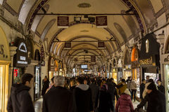 伊斯坦布尔,土耳其- 2015年12月30日:在高峰时间,拥挤街道在盛大义卖市场 盛大义卖市场是一个主要lan 免版税图库摄影