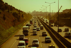 伊斯坦布尔,土耳其- 2009年11月10日:在高速公路的交通堵塞 免版税库存照片