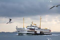 伊斯坦布尔,土耳其- 2015年12月29日:在Bosphorus海峡的渡轮在伊斯坦布尔,欧洲亚洲路线的,连接两个si 库存图片