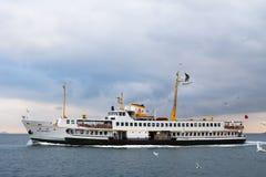 伊斯坦布尔,土耳其- 2015年12月29日:在Bosphorus海峡的渡轮在伊斯坦布尔,欧洲亚洲路线的,连接两个si 免版税库存图片