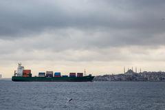 伊斯坦布尔,土耳其- 2015年12月29日:在Bosphorus海峡的货船在伊斯坦布尔, Ayasofya/圣徒索菲娅basilicca/清真寺能b 免版税库存照片