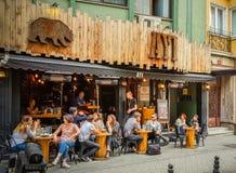 伊斯坦布尔,土耳其- 2017年6月02日:坐在酒吧的人们在伊斯坦布尔市,土耳其著名Kadikoy区  库存照片