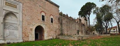 伊斯坦布尔,土耳其- 2014年11月22日:庭院Topkapi宫殿,那是无背长椅苏丹的主要住所 免版税库存图片