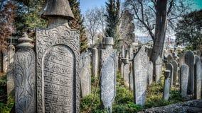伊斯坦布尔,土耳其- 2014年4月05日:无背长椅苏丹历史的老墓碑在Eyup公墓,伊斯坦布尔,土耳其 库存图片