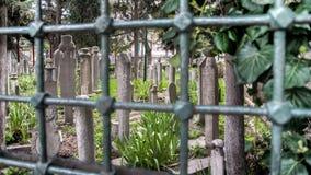 伊斯坦布尔,土耳其- 2014年4月05日:无背长椅苏丹历史的老墓碑在Eyup公墓,伊斯坦布尔,土耳其 库存照片