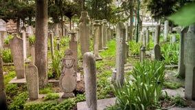伊斯坦布尔,土耳其- 2014年4月05日:无背长椅苏丹历史的老墓碑在Eyup公墓,伊斯坦布尔,土耳其 免版税库存图片