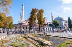 伊斯坦布尔,土耳其- 2014年9月14日:游人步行在Sultanah 免版税库存照片