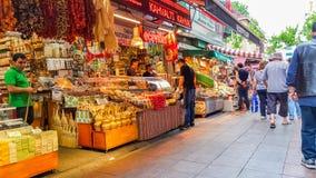 伊斯坦布尔,土耳其- 2017年6月02日:老Kadikoy街道义卖市场全视图  免版税库存图片