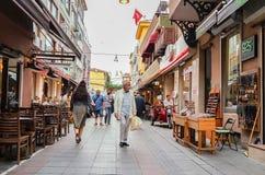 伊斯坦布尔,土耳其- 2017年6月02日:老Kadikoy街道全视图  免版税库存照片